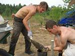 Строительство постоянного навеса в лагере - обрезка обрешетки.